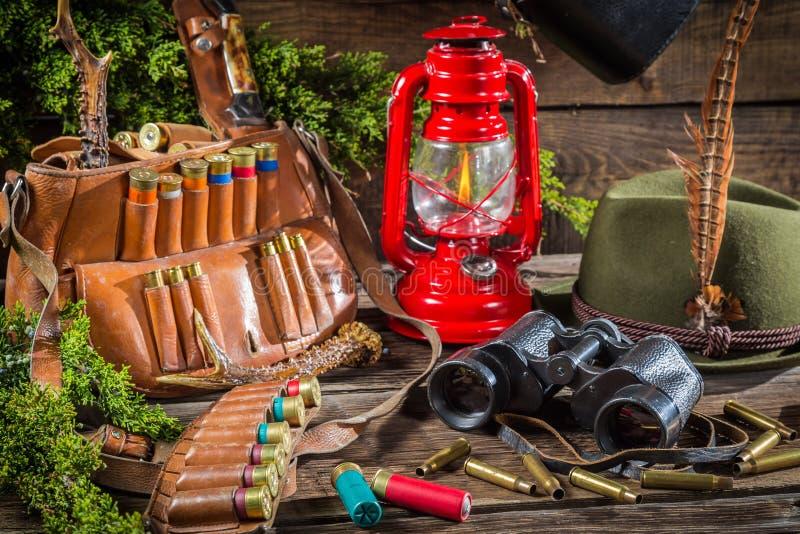 Jaktloge mycket av utrustning för att jaga arkivbild