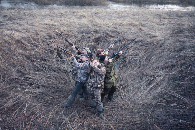 Jaktsäsong i frostig morgon i lantligt fält med jakttältet arkivbild