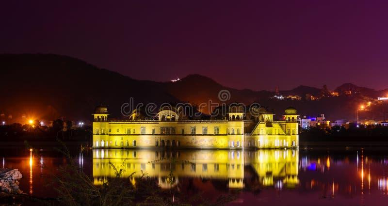 Jal玛哈尔在人位于的水宫殿Sagar中间 库存照片