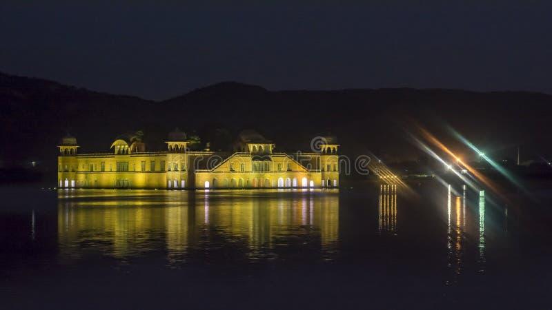Jal Mahal At Jaipur amid Meerwater - Nachtweergeven royalty-vrije stock foto's