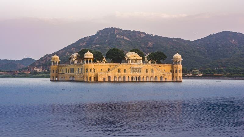 Jal Mahal At Jaipur amid van de Meerwater en berg achtergrond Rechterkant royalty-vrije stock afbeeldingen