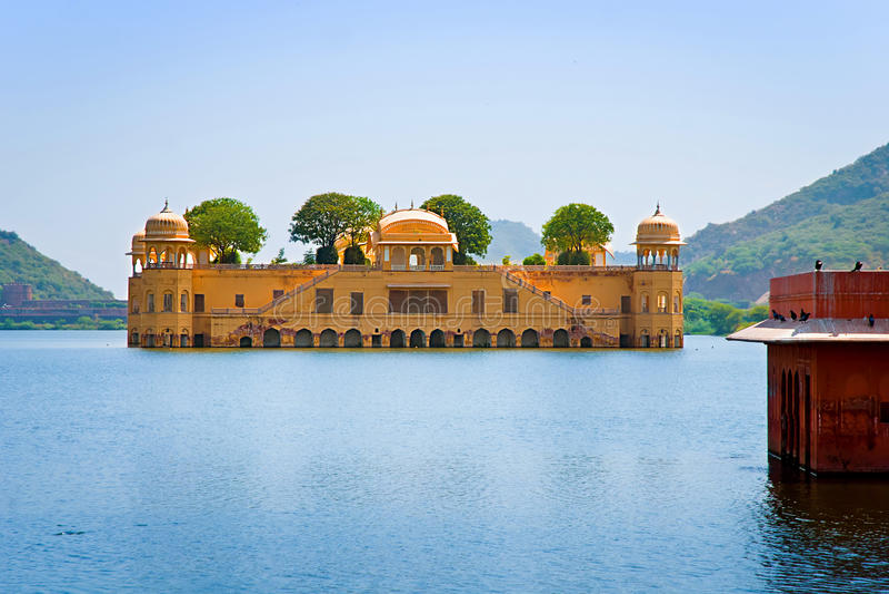 Jal Mahal (palais de l'eau) a été construit pendant le XVIIIème siècle au milieu du lac Sager de l'homme, Jaipur, Ràjasthàn, Inde photos stock