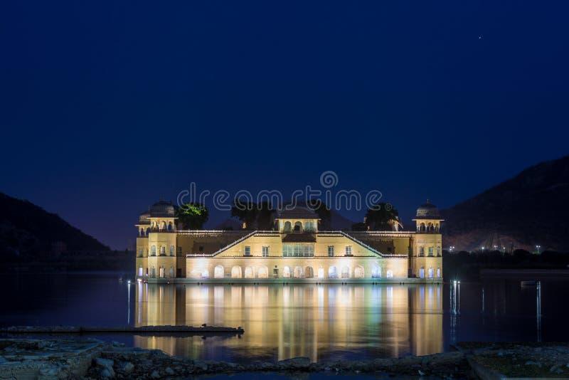 Jal Mahal wody pałac w Jaipur przy evening błękitną godzinę z odbiciem fotografia royalty free