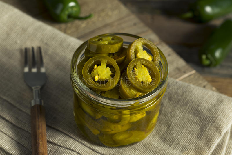 Jalapeni marinati organici verdi fotografia stock