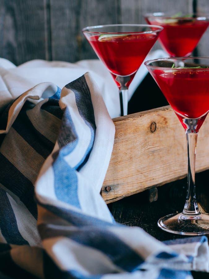 Jalea de la pasa roja en un vidrio Bebida en el vidrio de martini imagenes de archivo