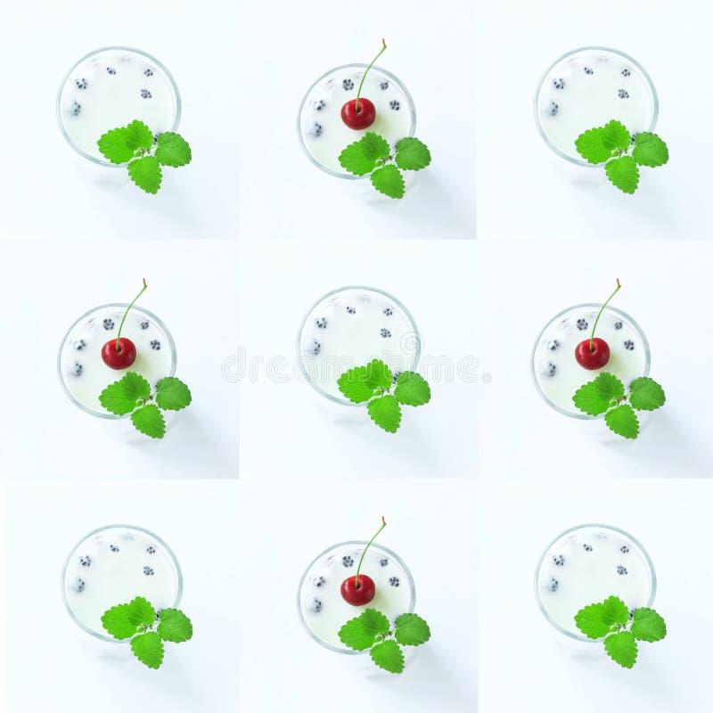 Jalea de leche blanca con las bayas frescas en un vidrio con las hojas y la cereza de menta en el top, modelo de los postres del  fotos de archivo