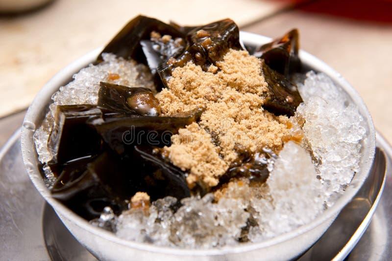 Jalea negra de la hierba en el hielo con el azúcar marrón, postre tailandés imágenes de archivo libres de regalías