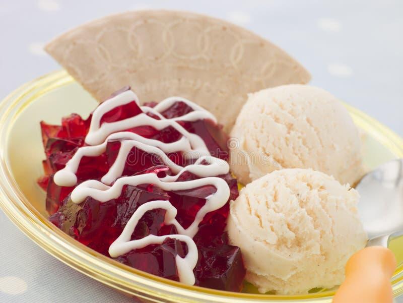 Jalea y helado con una oblea y una crema fotografía de archivo