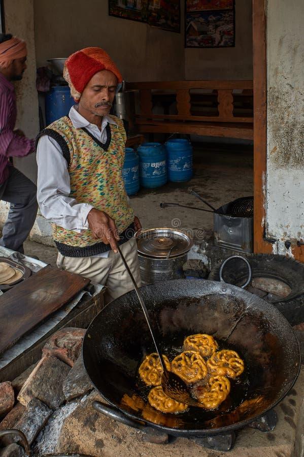 Jalebi жаря в топлёном масле desi в sasaram Бихаре ИНДИИ Азии Kadai утюга плоском стоковые изображения
