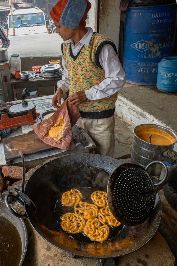 Jalebi, das in desi Büffelbutter in Eisen flachem Kadai-sasaram Bihar INDIEN Asien brät lizenzfreie stockfotografie