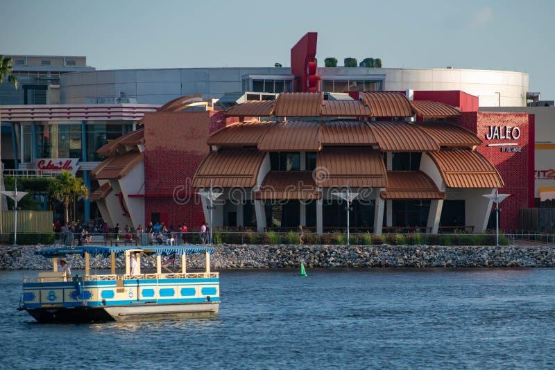 Jaleo西班牙餐馆和出租汽车小船全景在迪斯尼春天在布埃纳文图拉湖 免版税库存照片