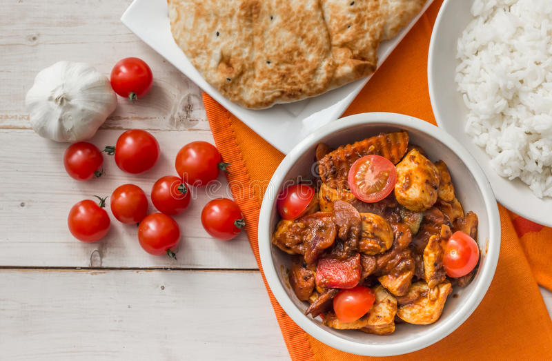 Jalfrezi del pollo con riso basmati e naan indiani fotografia stock libera da diritti