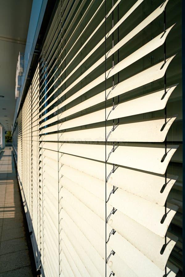 Jaloezie als zonnescherm op het venster royalty-vrije stock afbeeldingen