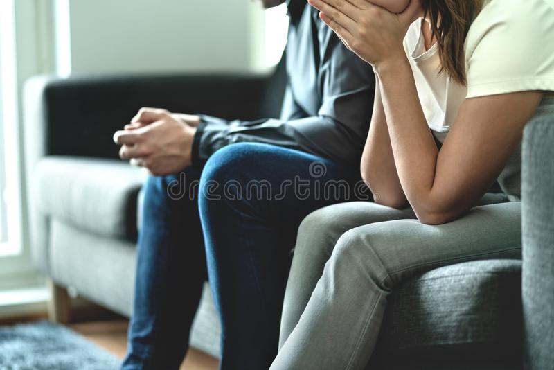 Jalousie, fraude ou infidélité dans le concept de relations Couples bouleversés tristes Aucune épouse jalouse de confiance ou mar images stock