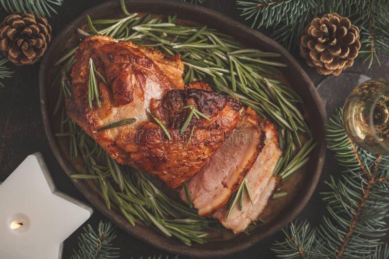 Jamón cocido de la Navidad con romero El fondo de la Navidad, top compite foto de archivo libre de regalías