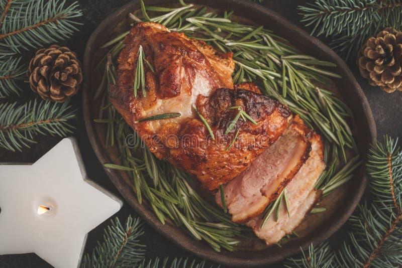 Jamón cocido de la Navidad con romero El fondo de la Navidad, top compite foto de archivo