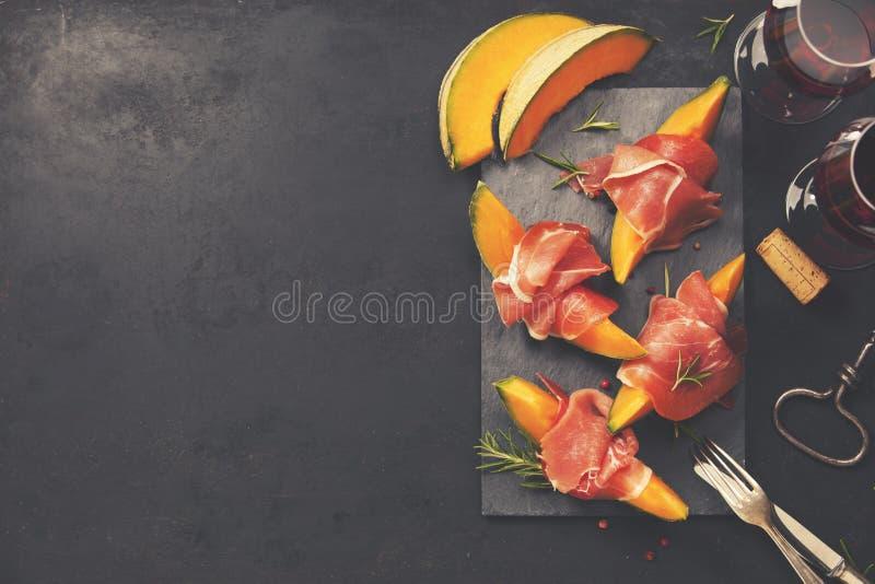 Jamón de Prosciutto con el melón del cantalupo Bocado italiano de los antipasti imagen de archivo libre de regalías