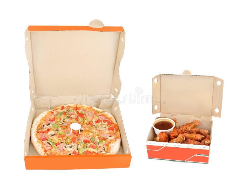 Jamón, y pizza de la pimienta con las alas y la inmersión de pollo imagen de archivo libre de regalías