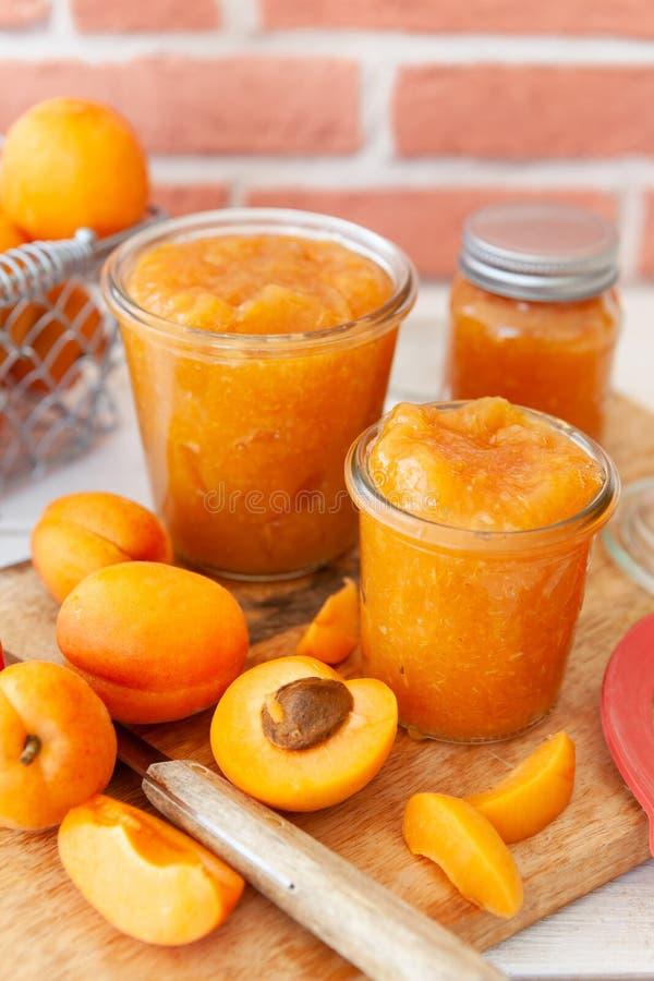 Jam die van verse abrikozen wordt gemaakt stock foto