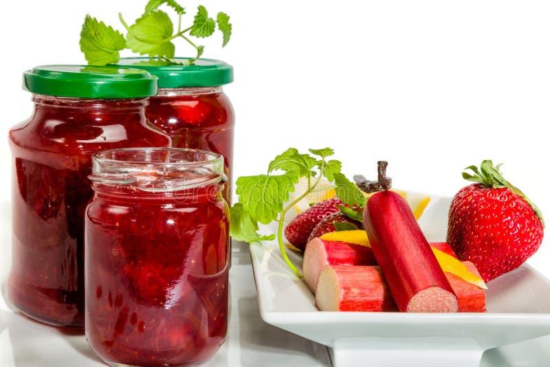 Jam van aardbeien, rabarber en vanille stock afbeelding