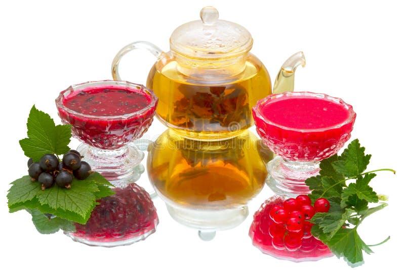 Jam van rode en zwarte bes en theepot met thee royalty-vrije stock fotografie