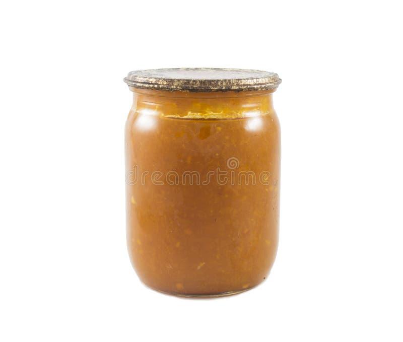 Jam van sinaasappelen wordt gemaakt in de geïsoleerde die glaskruik worden ingeblikt stock foto