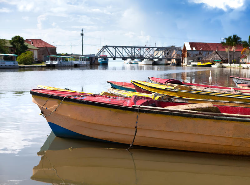 jamaïca Nationale boten op de Zwarte rivier stock fotografie