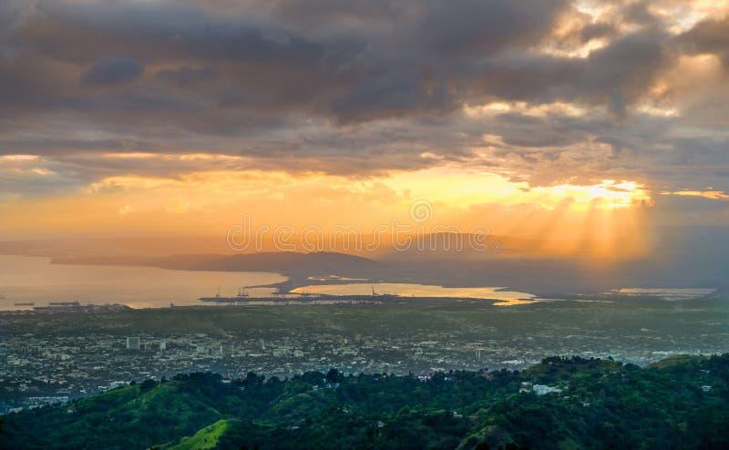 Jamaïque-coucher du soleil au-dessus de Kingston photo libre de droits