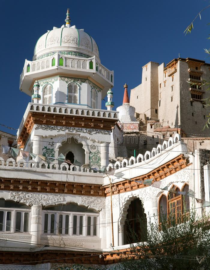 Jama Masjid et palais de Leh avec le stupa sur le fond image stock
