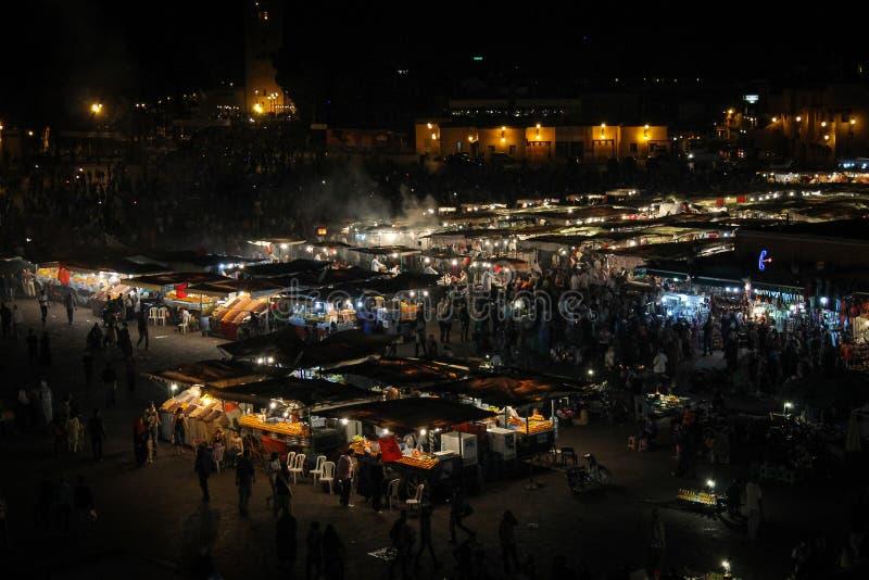 Jamaa el Fna marknadsfyrkant efter mörker i Marrakesh, Marocko, royaltyfria foton