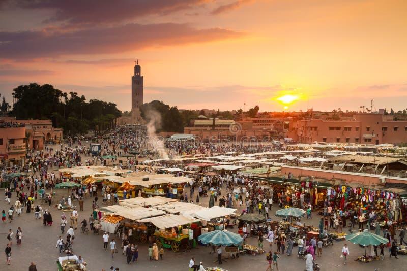 Jamaa el Fna marknadsfyrkant i solnedgång, Marrakesh, Marocko, Nordafrika royaltyfri bild