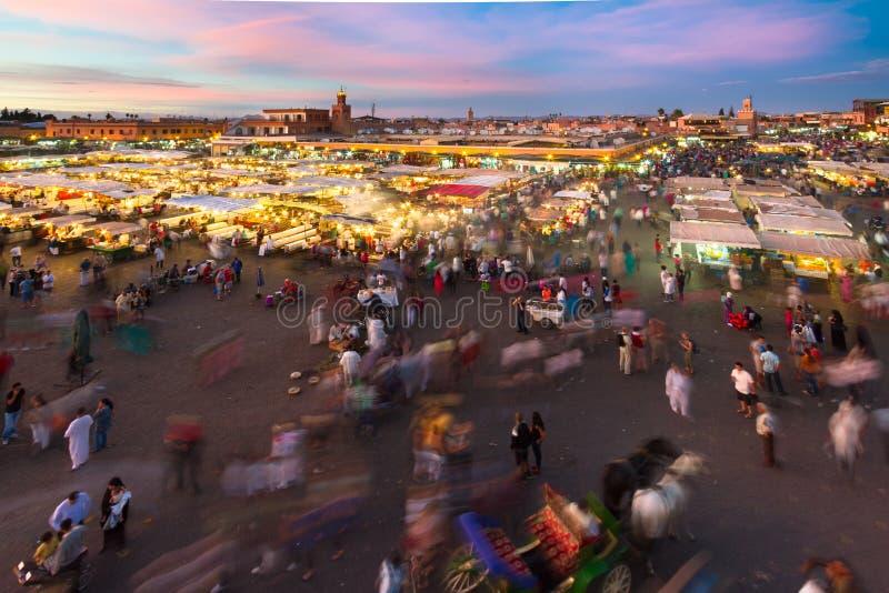 Jamaa el Fna marknadsfyrkant i solnedgång, Marrakesh, Marocko, Nordafrika arkivbild