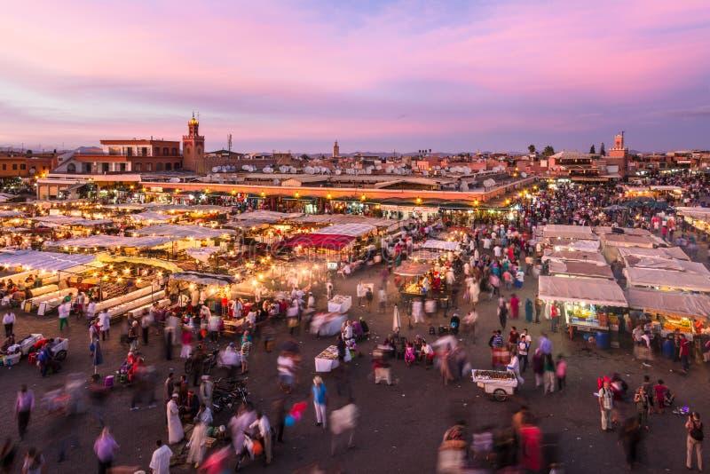 Jamaa el Fna marknadsfyrkant i solnedgång, Marrakesh, Marocko, Nordafrika arkivfoton