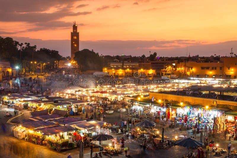 Jamaa el Fna marknadsfyrkant i solnedgång, Marrakesh, Marocko, Nordafrika royaltyfri fotografi