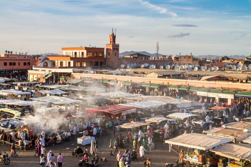 Jamaa el Fna marknadsfyrkant i solnedgång, Marrakesh, Marocko, Nordafrika royaltyfria bilder