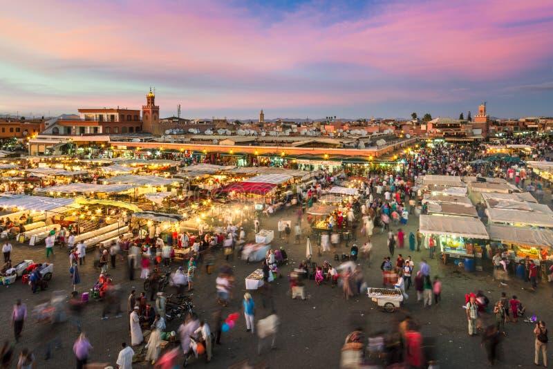 Jamaa el Fna marknadsfyrkant i solnedgång, Marrakesh, Marocko, Nordafrika fotografering för bildbyråer