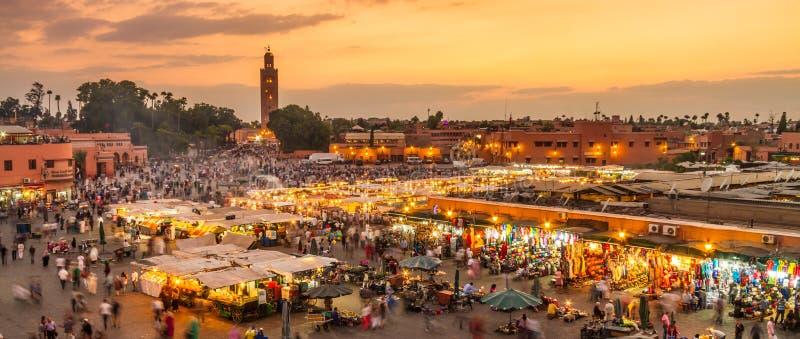 Jamaa el Fna marknadsfyrkant i solnedgång, Marrakesh, Marocko, Nordafrika royaltyfri foto