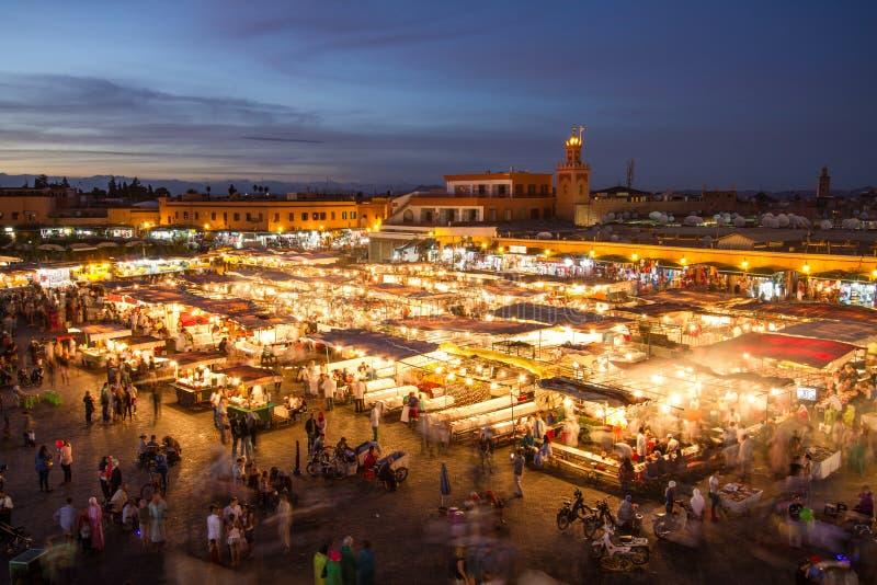Jamaa el Fna marknadsfyrkant på skymning, Marrakesh, Marocko, Nordafrika arkivfoto