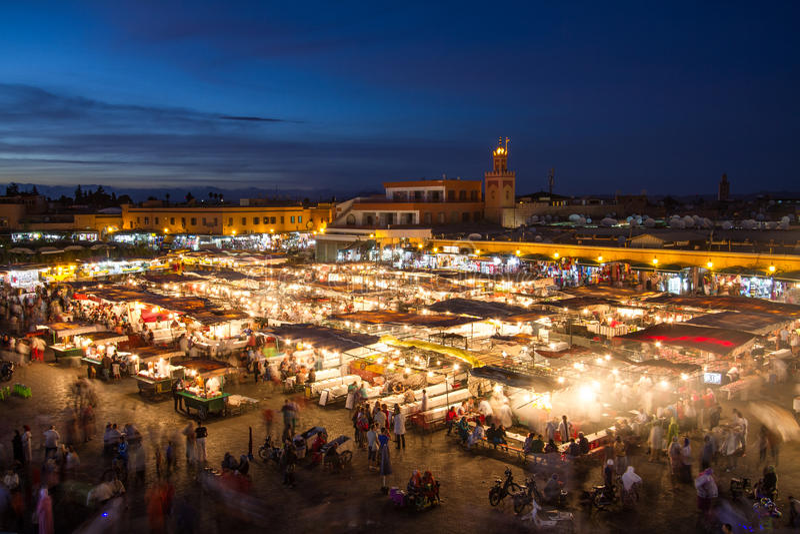Jamaa el Fna marknadsfyrkant på skymning, Marrakesh, Marocko, Nordafrika arkivbilder