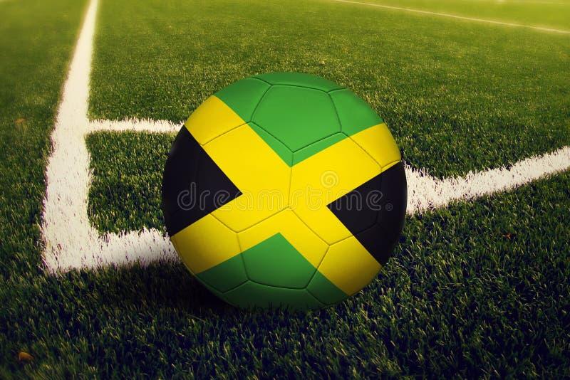 Jamaica boll p? positionen f?r h?rnspark, bakgrund f?r fotbollf?lt Nationellt fotbolltema p? gr?nt gr?s arkivbilder