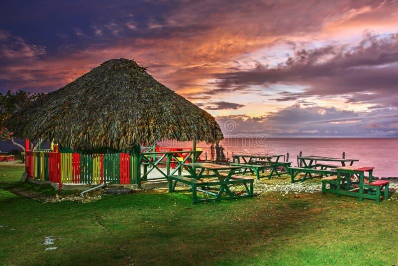 Jamaikansk solnedgång - 3 dykar pekar, Negril, Jamaica arkivbild