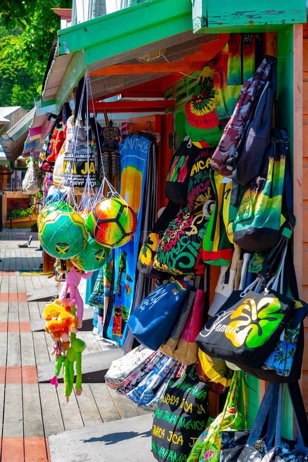 Jamaikanska/Rasta färger på påsar, kläder och annan tillbehör på hantverkmarknadsförsäljaren shoppar i Ocho Rio de Janeiro, nära  royaltyfri foto