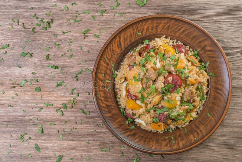 Jambalaya dans un plat en céramique Le plat national des Etats-Unis La vue à partir du dessus Plan rapproché images libres de droits