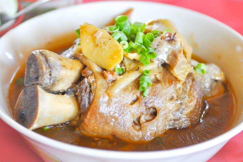 Jambe cuite de porc avec le légume image libre de droits