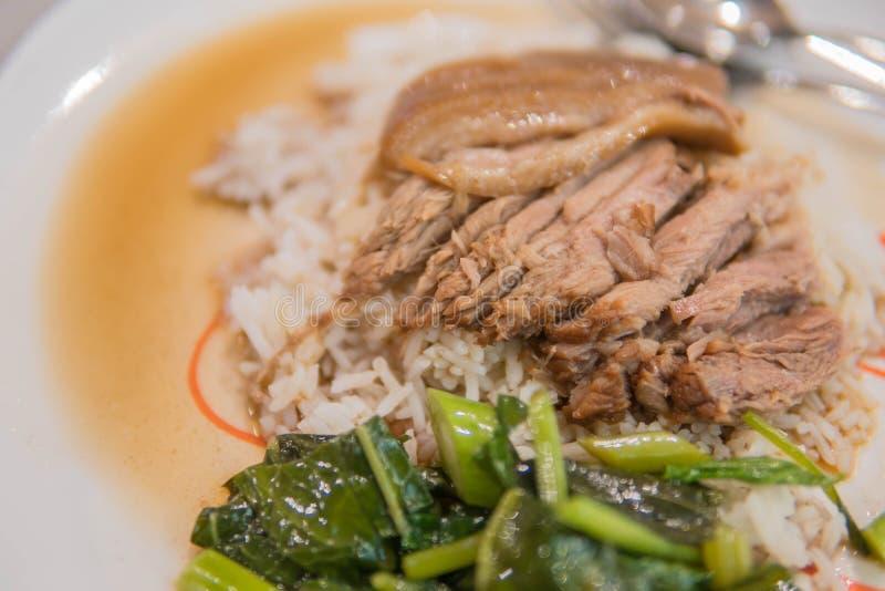 Jambe cuite de porc sur le riz avec l'ail et le chou frisé dans la vue supérieure photographie stock