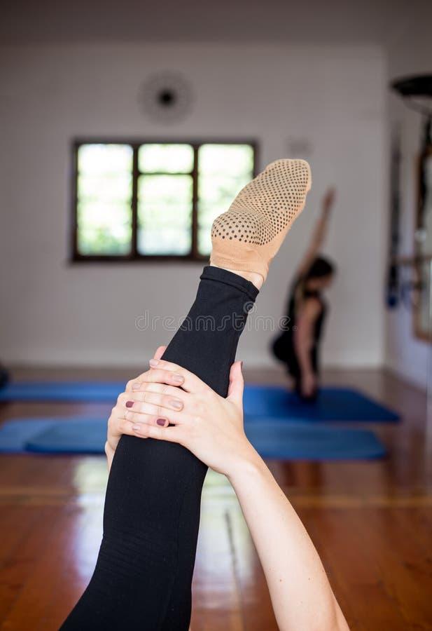 Jambe de bout droit de yoga image stock