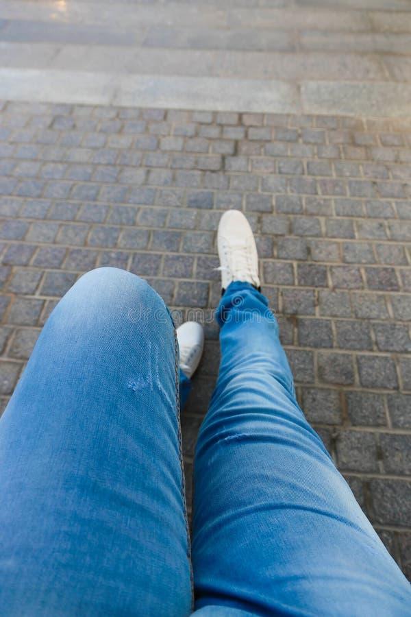 Jambe de femme dans des jeans images stock