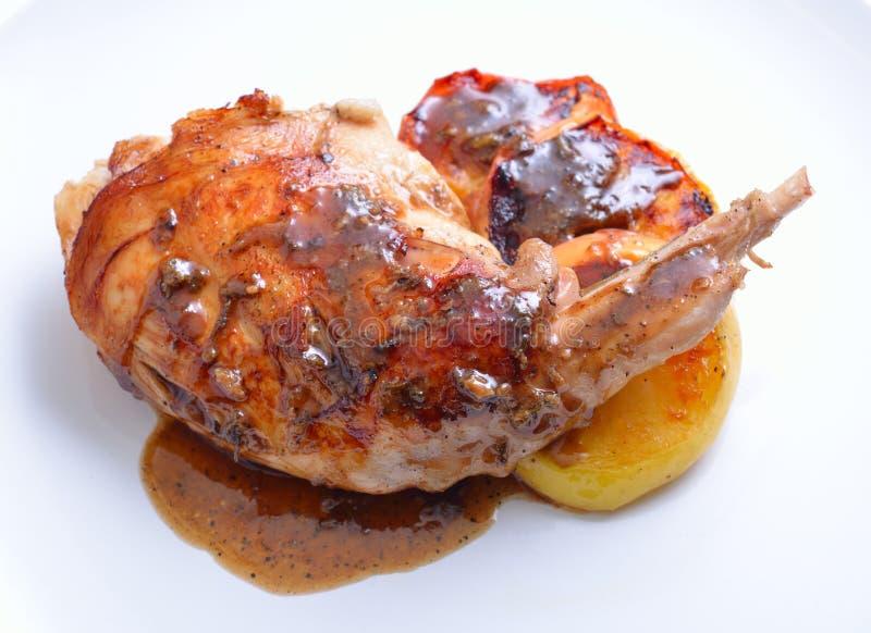 Jambe de lapin de Sous Vide avec la pomme sous et grillée du plat blanc image libre de droits
