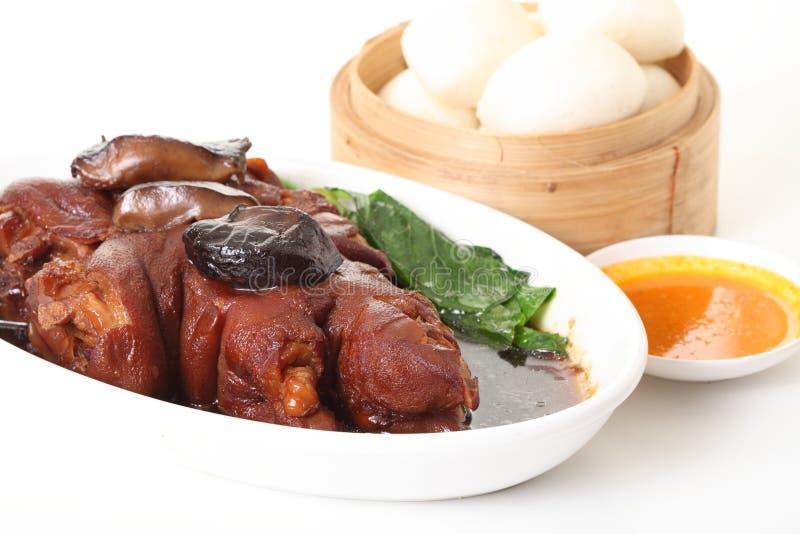 Jambe de porc de vapeur avec la sauce au jus et le légume photo stock