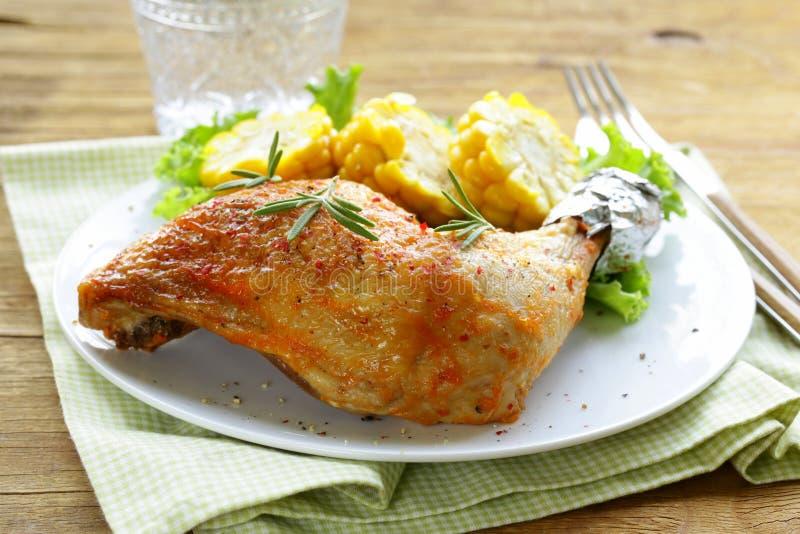 Jambe de poulet cuite au four avec du maïs image libre de droits